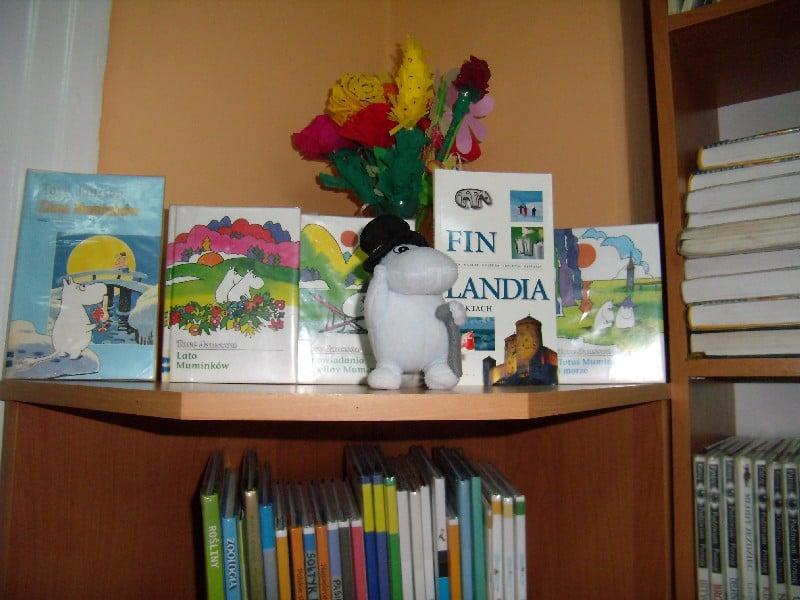 Na stoliku stoją książki Tove Jannson muminki oraz maskotka muminka.