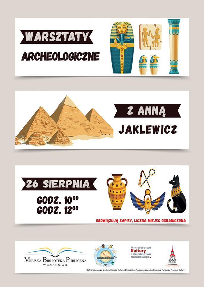 Plakat zaproszenie na warsztaty archeologiczne w tle piramidy i egipskie   przedmioty. Zajęcia przeprowadzi Anna Jaklewicz 26 sierpnia. Godz. 10.00, godz. 12.00.