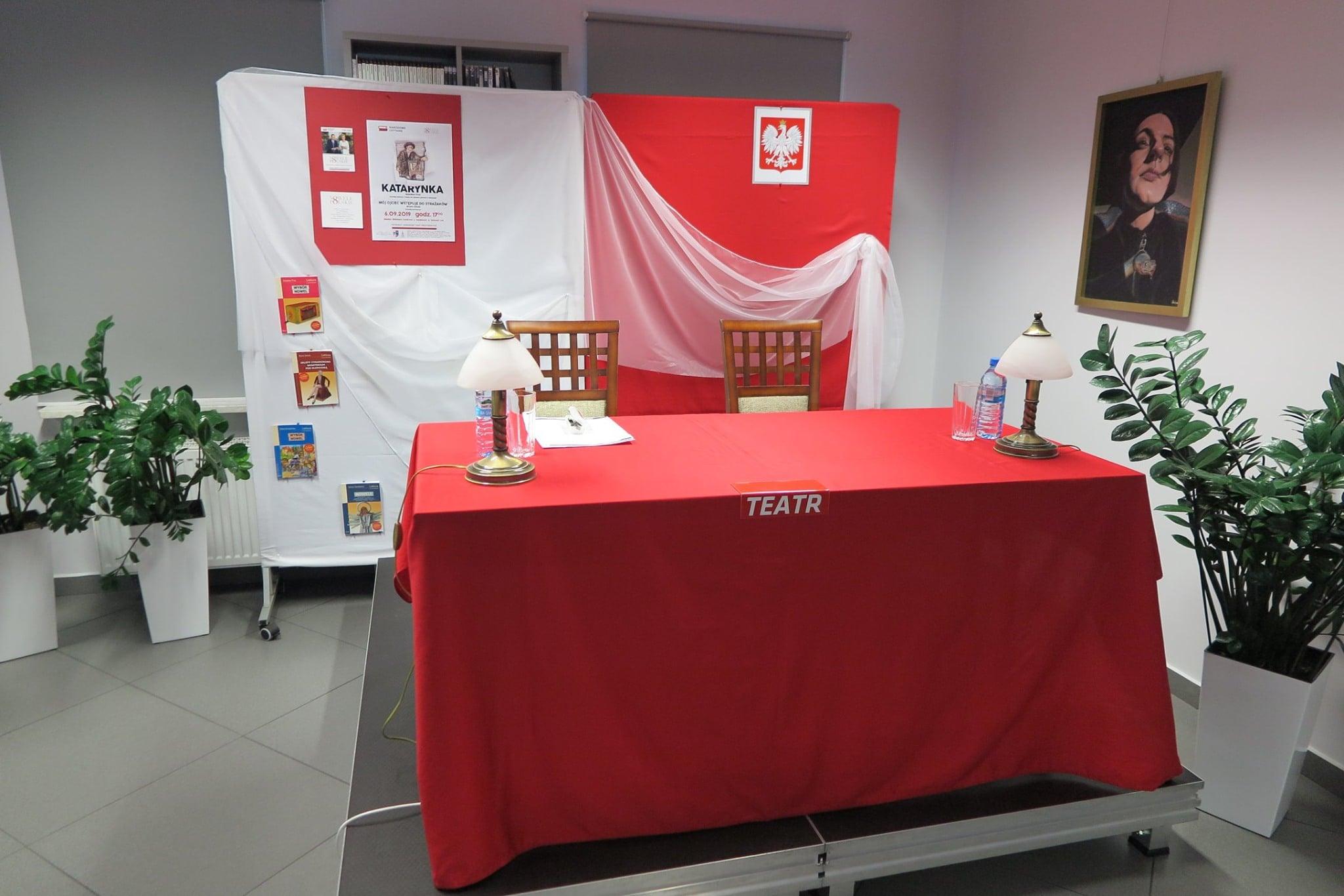 Scena biało-czerwona z godłem Polski przygotowana na Narodowe Czytanie.