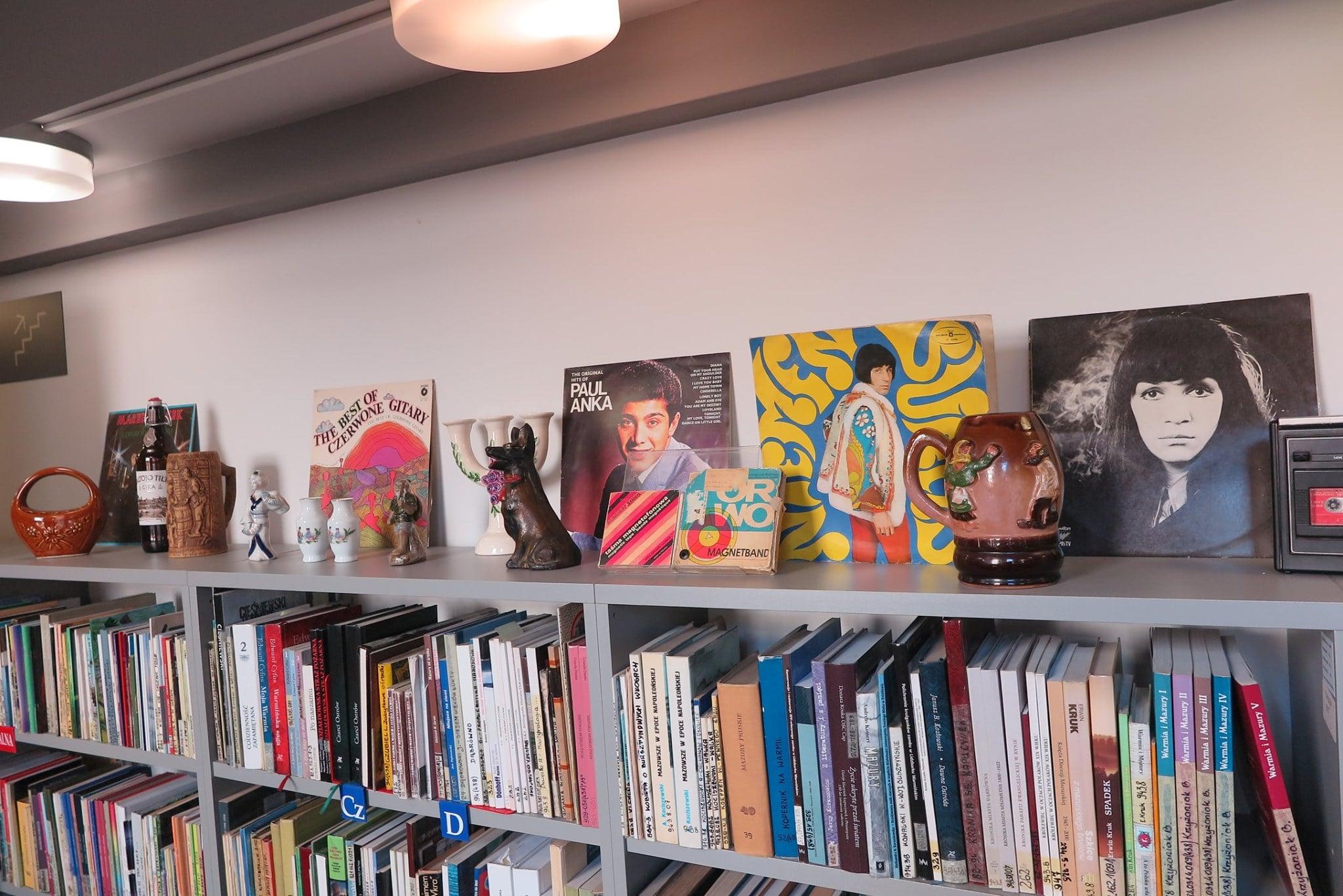 Regał biblioteczny z książkami na górnej półce płyty i dekoracje z lat 80.