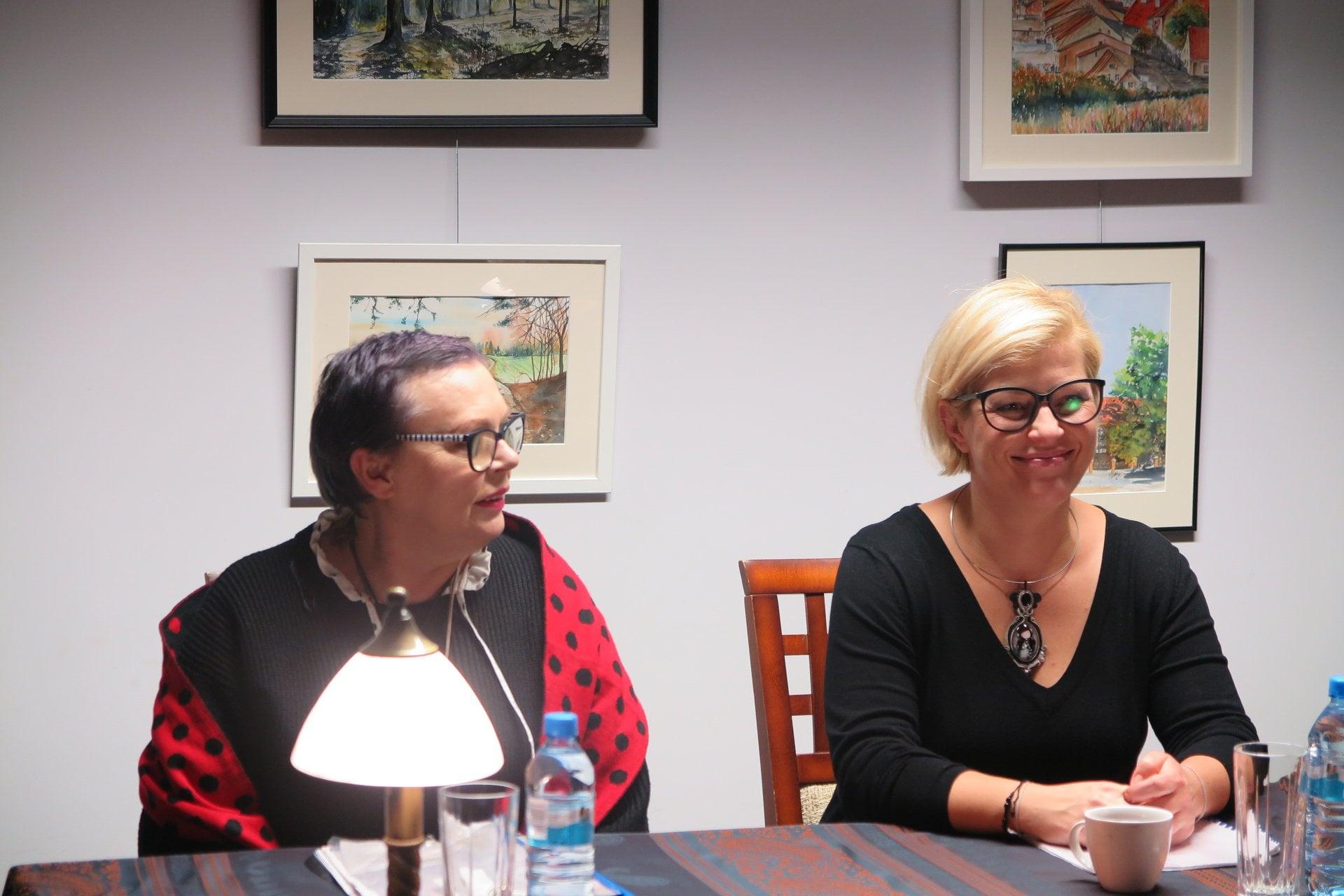 Przy stoliku dwie aktorki biorące udział w spektaklu z cyklu ''Teatr przy Stoliku.''