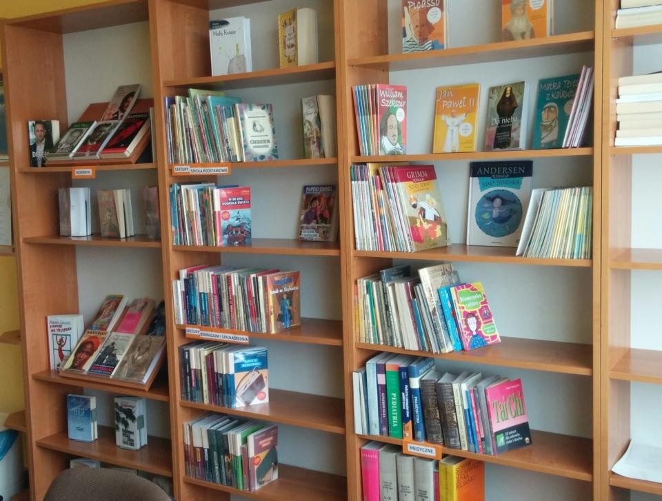 dwa i pół regału z ksiązkami w filii bibliotecznej