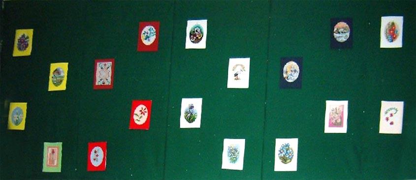 Na ścianie wiszą prace wyhaftowane obrazki Jolanty Maćkowskiej.