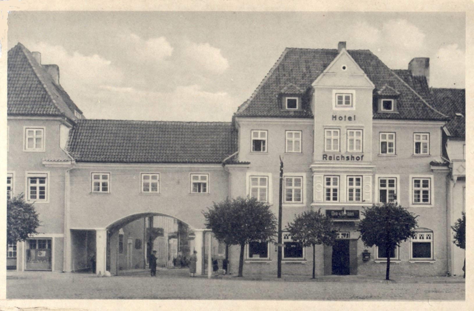 Budynek, w którym od 1945 r. mieściła się Powiatowa Biblioteka Publiczna w Działdowie przy placu Mickiewicza