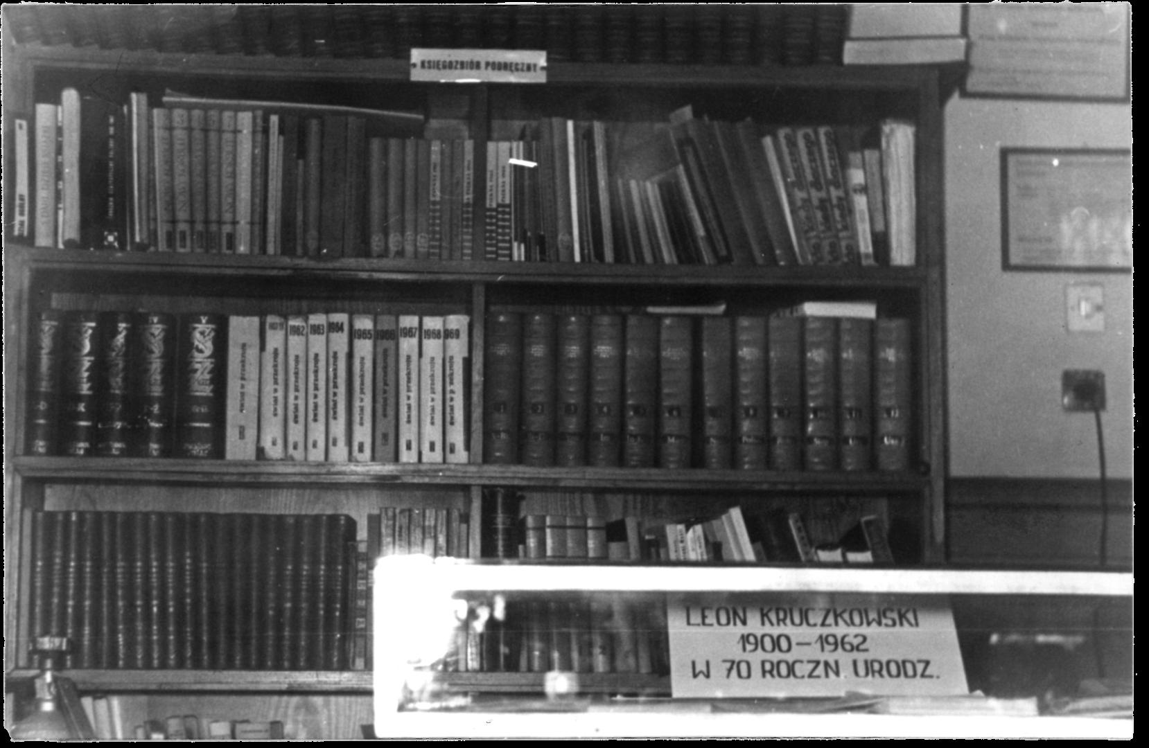 Księgozbiór podręczny w 1975 r. regał z książkami