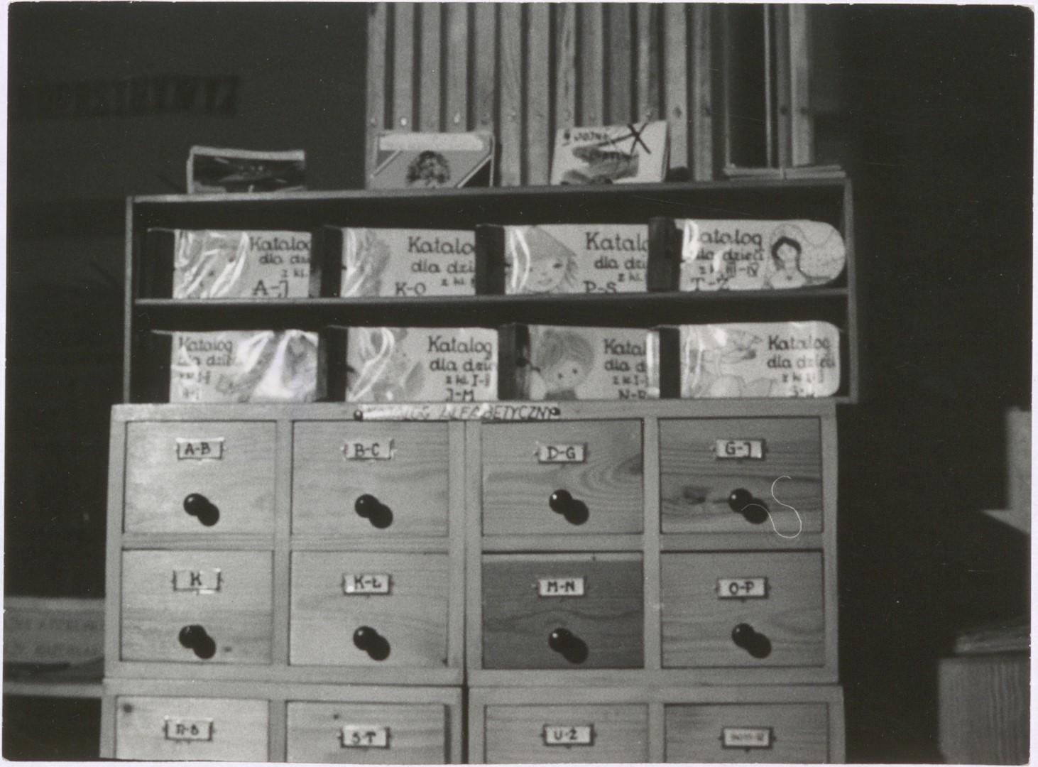 Oddział dla dzieci Powiatowej i Miejskiej Biblioteki Publicznej w Działdowie 1974 r. Szafka na karty katalogowe szufladowa
