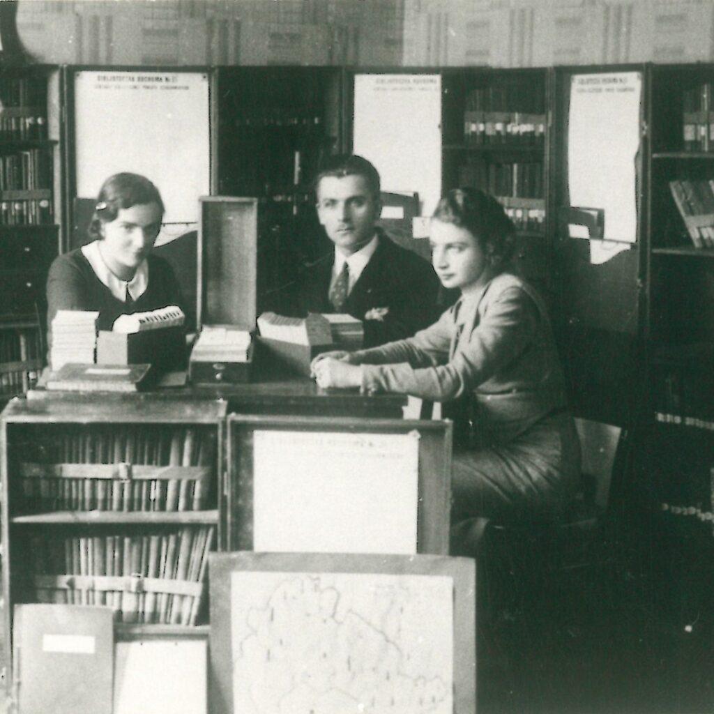 Organizatorzy Powietowej Centrali Bibliotek Ruchonych Piotr Pszenny, Benigna Gapińska, Janina Czajkowska. Na zdjęciu widzoczne są szafki-walizki, w których książki wysyłano w teren