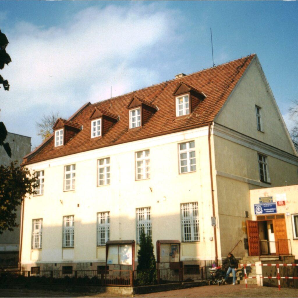 Budynek w którym od listopada 1991 roku mieściła się biblioteka