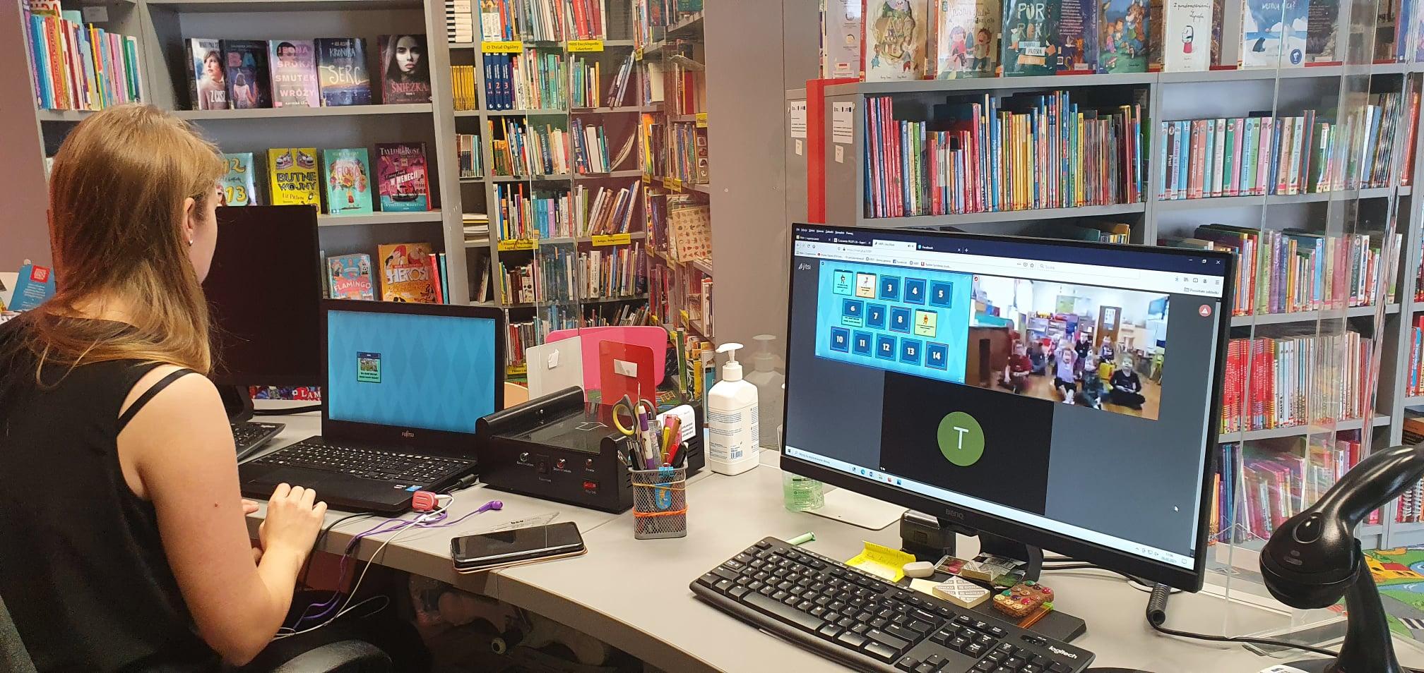 bibliotekarka Ola prowadząca lekcję online za pomocą Zooma dla dzieci z Kurek