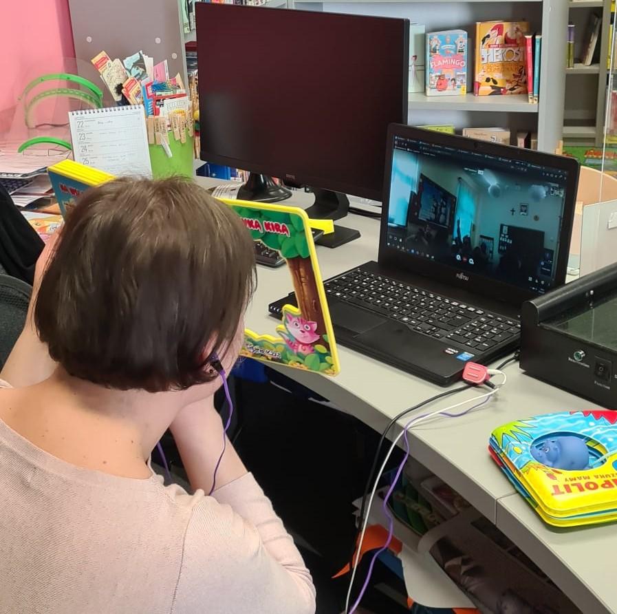 bibliotekarka Ania prowadząca lekcję online dla dzieci z Wysokiej