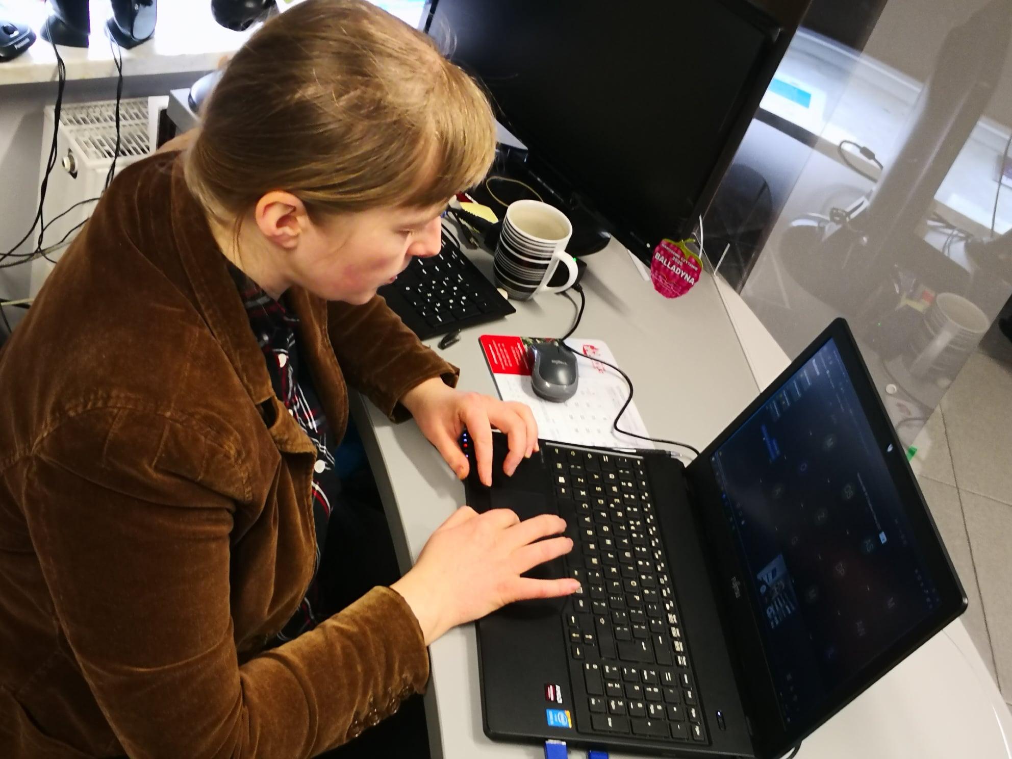 bibliotekarka Gosia przed laptopem prowadzące szkolenie online