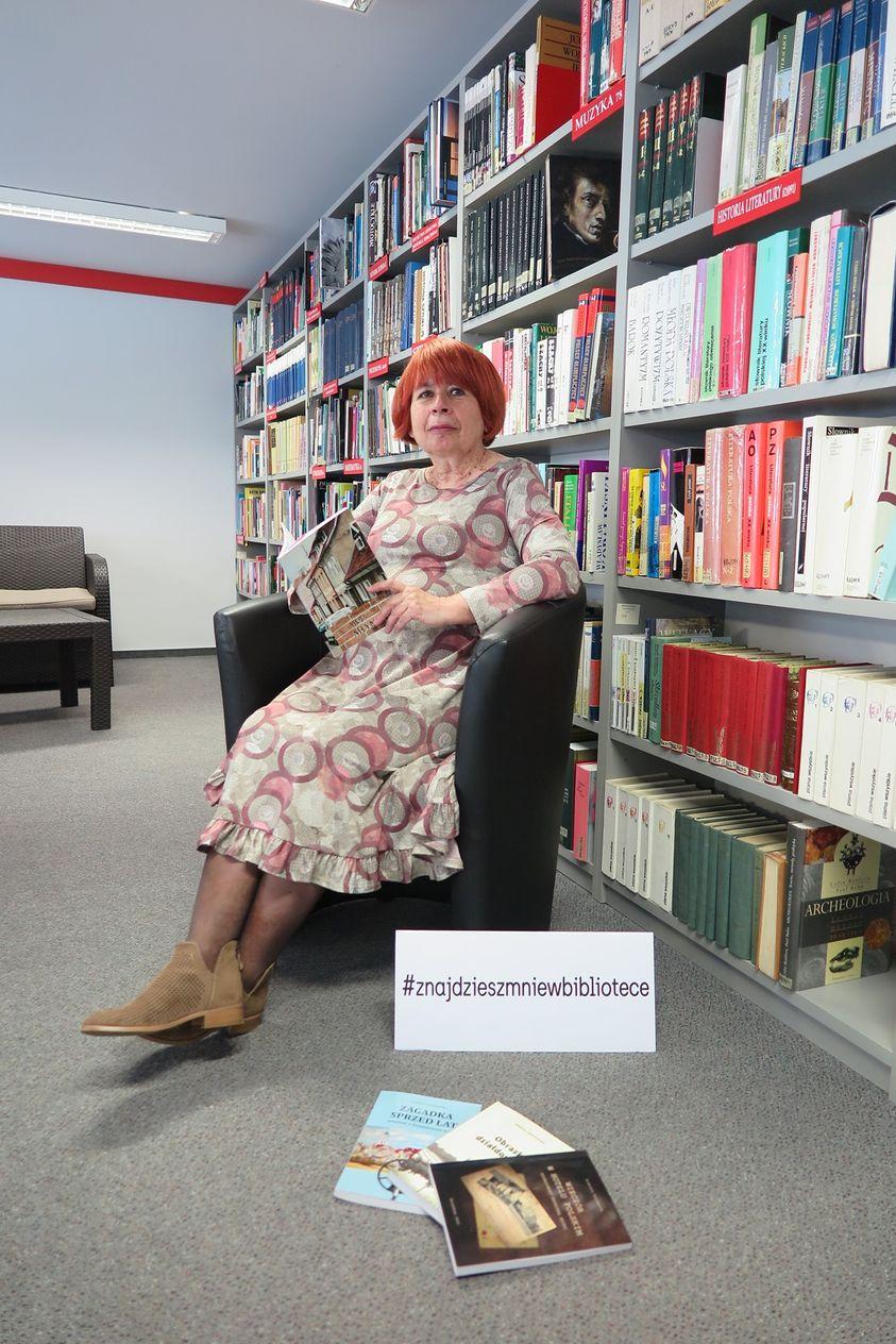 Ewa Zakrzewska na antresoli w bibliotece