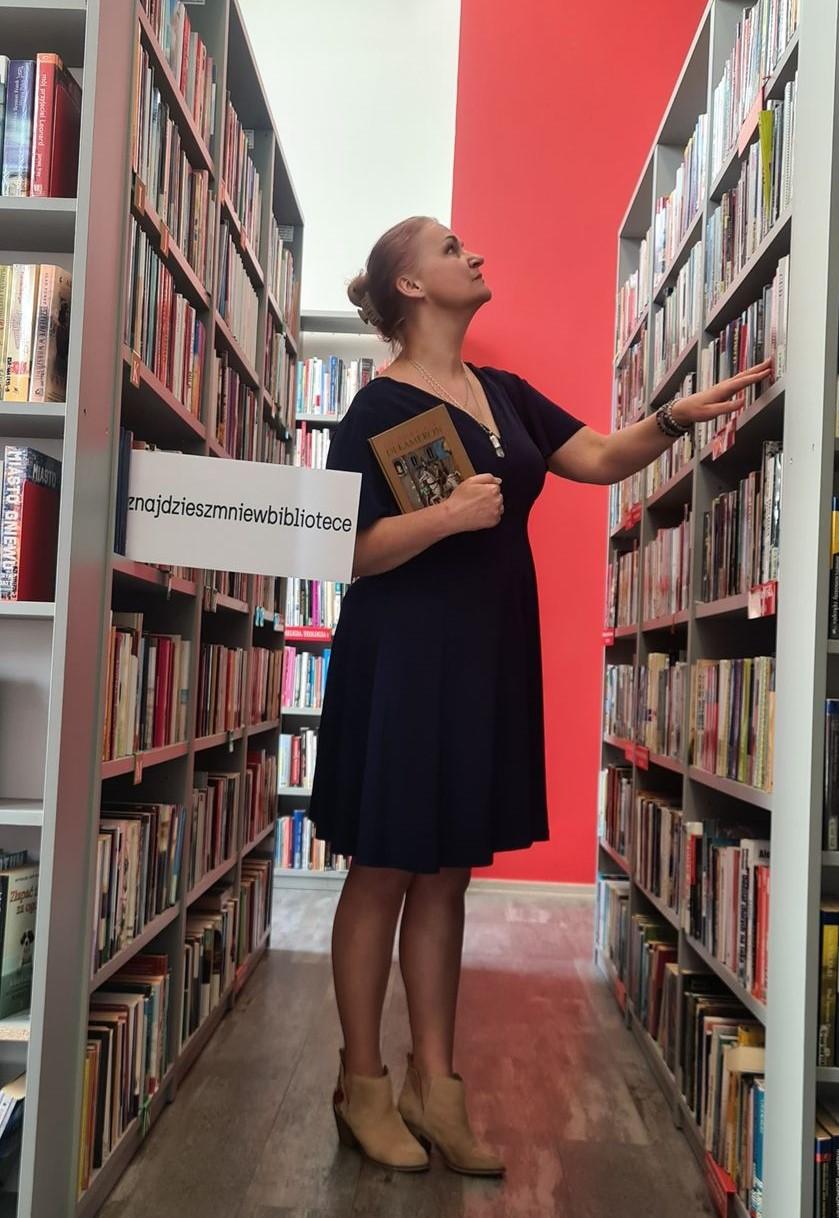 Anna-Barbara Czuraj-Struzik między regałami w bibliotece