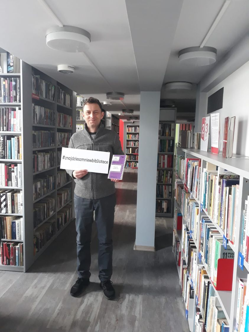 Piotr Kozikowski ze swoim tomikiem poezji w ręku