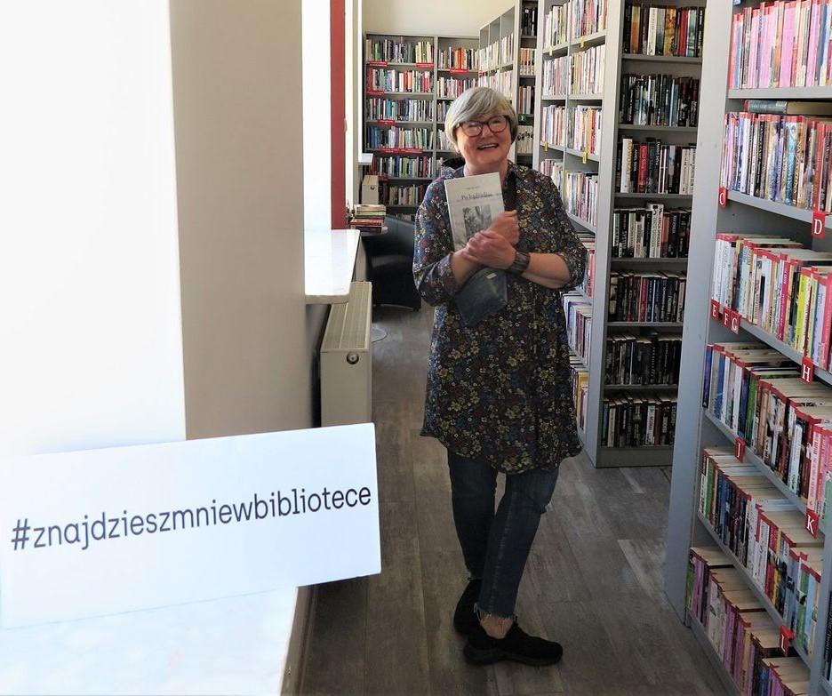 Anna Kameck  trzymająca książkę