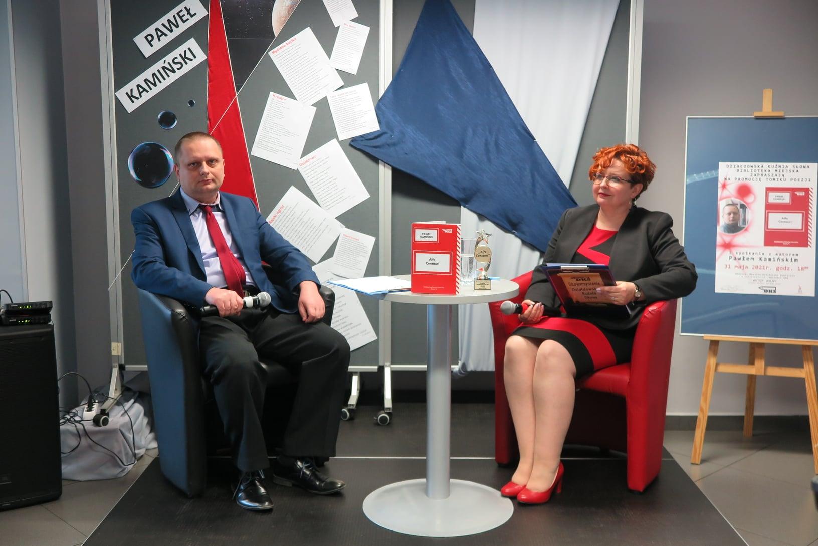Na scenie postawione dwa fotele, w których zasiadają Paweł Kamiński  i Renata Buczyńska. Obydwoje w dłoniach trzymają mikrofony.